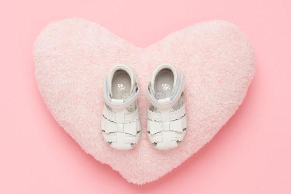 Photo chaussure enfant fond rose coeur