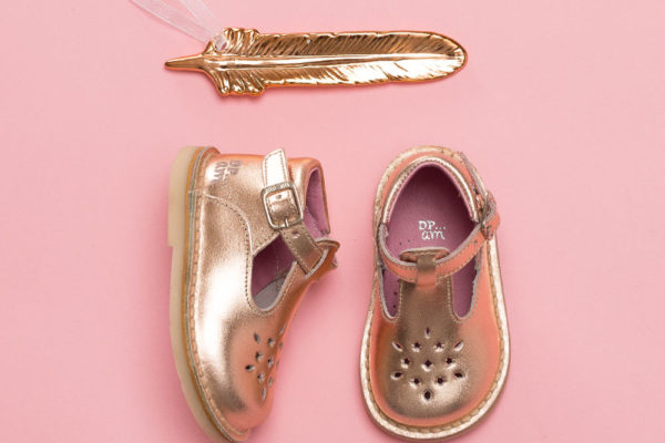 Photo chaussure enfant fond rose effet brillance